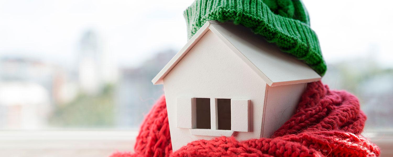 Miniaturhaus mit grüner mütze
